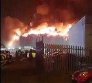 倫敦油漆廠發生大火 目擊者:火球噴向100米高空