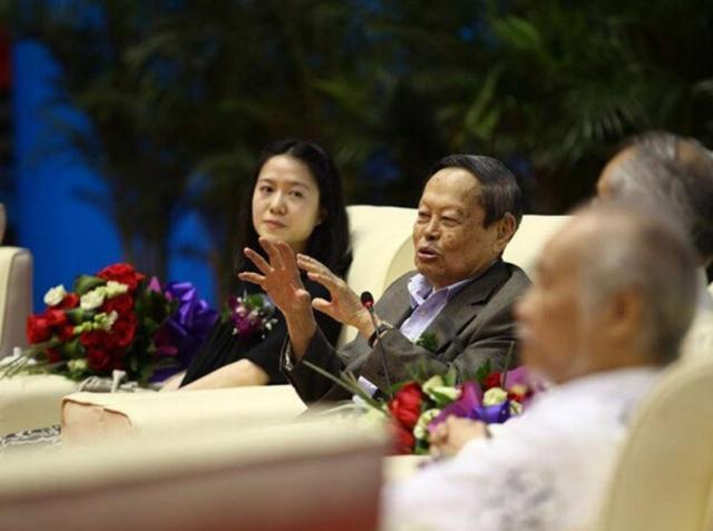 杨振宁依然反对中国建造大型粒子对撞机,过度