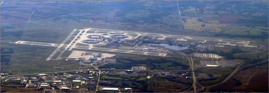 美國堪薩斯機場跑道結冰 旅客機上受困12小時
