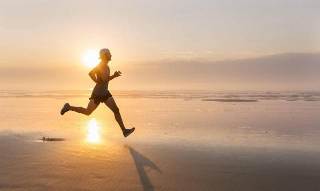 到底是去有氧跑步好,还是无氧力量训练好,这两