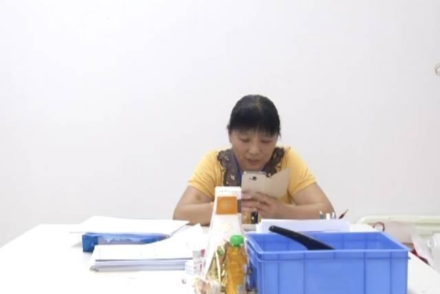 广东东莞:52岁保洁阿姨自学英语6年可轻松与外教交流