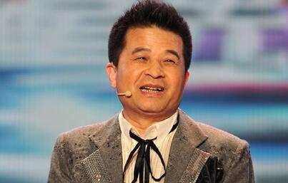 59岁毕福剑现状很心酸:腰病缠身烟不离手,秃顶
