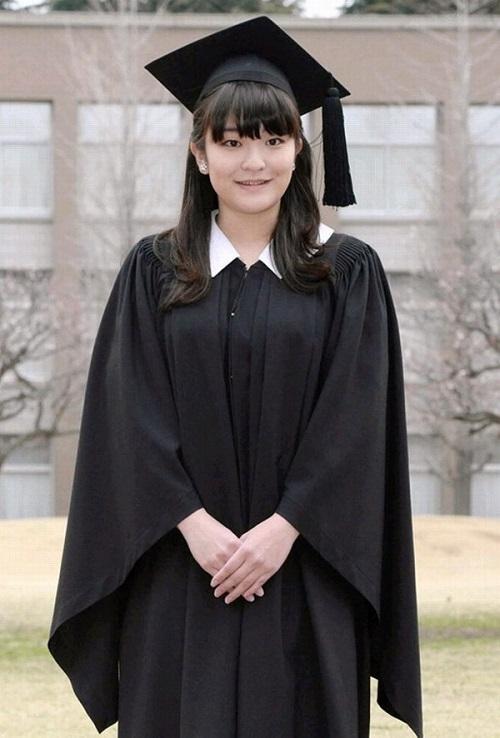 日本佳子公主大学毕业穿学士服拍照温婉可人