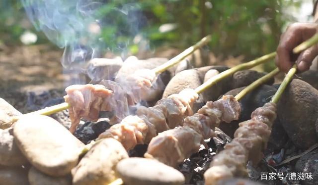 小哥在野外制作埃及知名美食牛奶羊肉串,你们