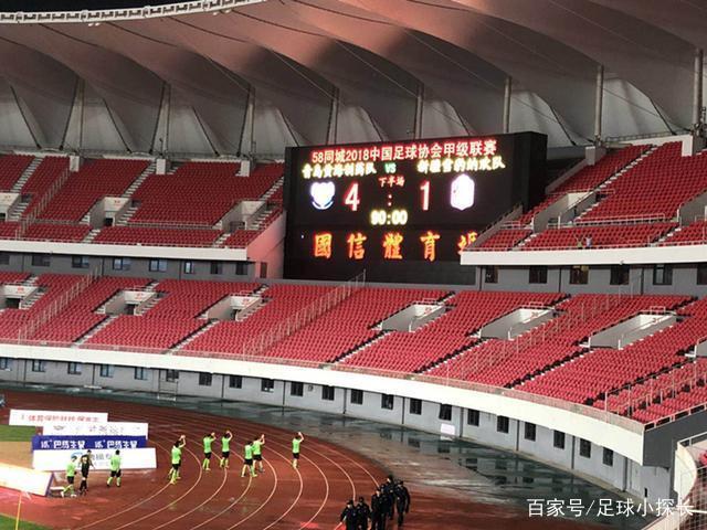 感人!1-4惨败中甲巴萨后,11名新疆球员答谢2名