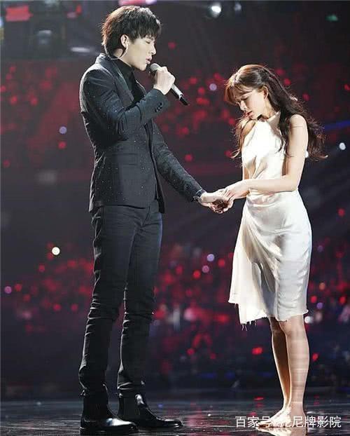 他是某音网红,登上跨年演唱会,林志玲赤脚为他