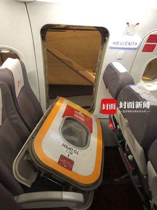 男子嫌熱拉開飛機緊急出口被拘航空公司估損7萬元