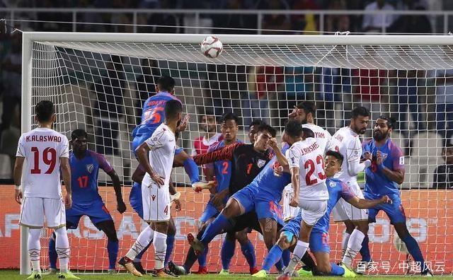 亚洲杯再现奇葩1幕:后卫用脚回传球,门将却直