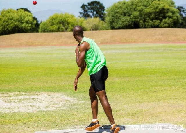 在推铅球运动时,滑步基本可分为侧向滑步和背
