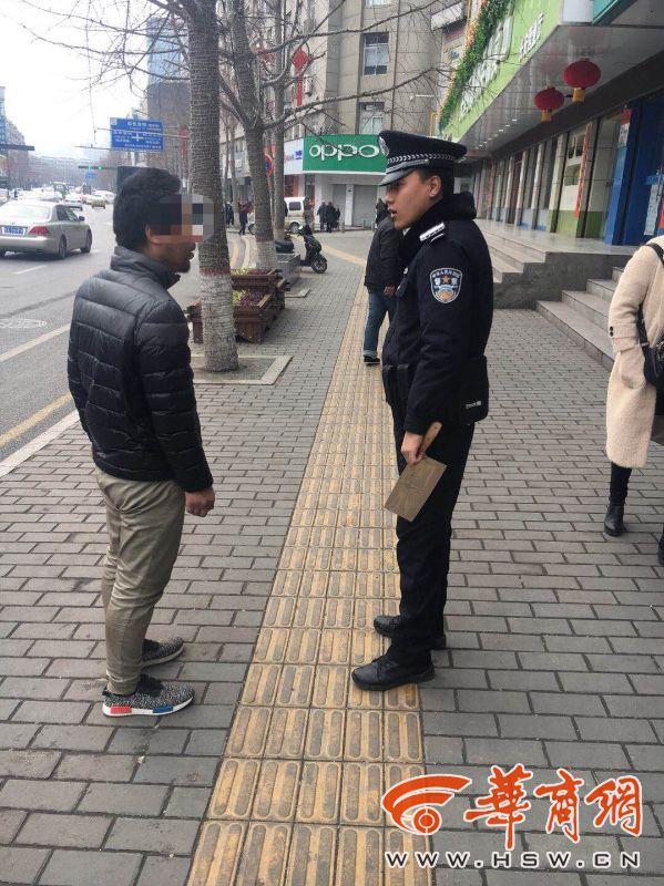 陝西:男子大街上手持菜刀步行 引行人高度恐慌圖