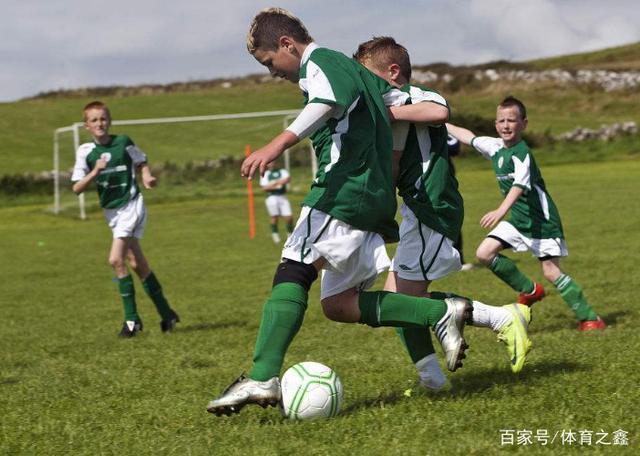 足球:在练习传球与接球的过程当中,两人间的传
