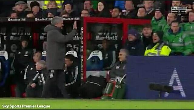 穆里尼奥踢飞水瓶搞笑道歉,曼联逆转赢球面临