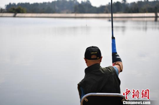 成都男子因意外失去雙臂雙腿 18年後成釣魚達人