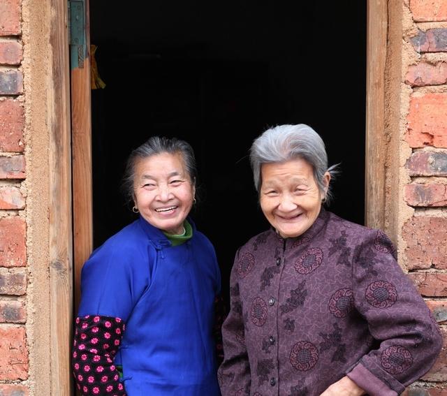 古稀之年的老姐妹相见是什么样子?7幅老姐妹