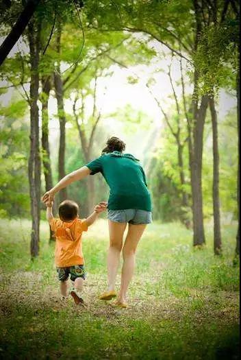 宝宝走路晚与聪明无关,正确的学步姿势请收好