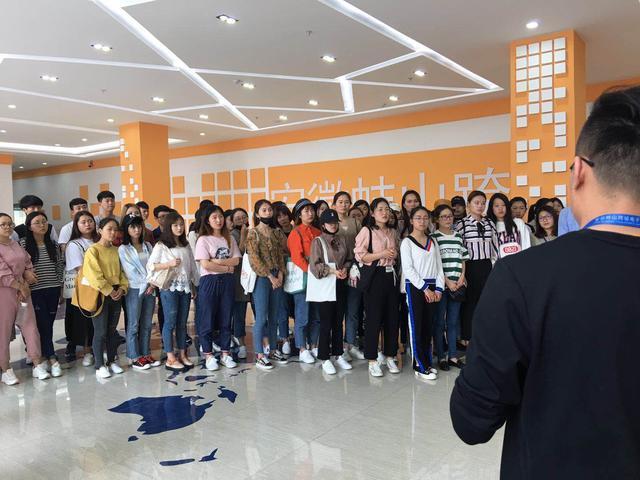 蚌埠学院师生一行参观安徽蚌山跨境电子商务产