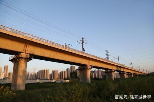 我国高铁在空中通过,外国人评价:中国人太聪明