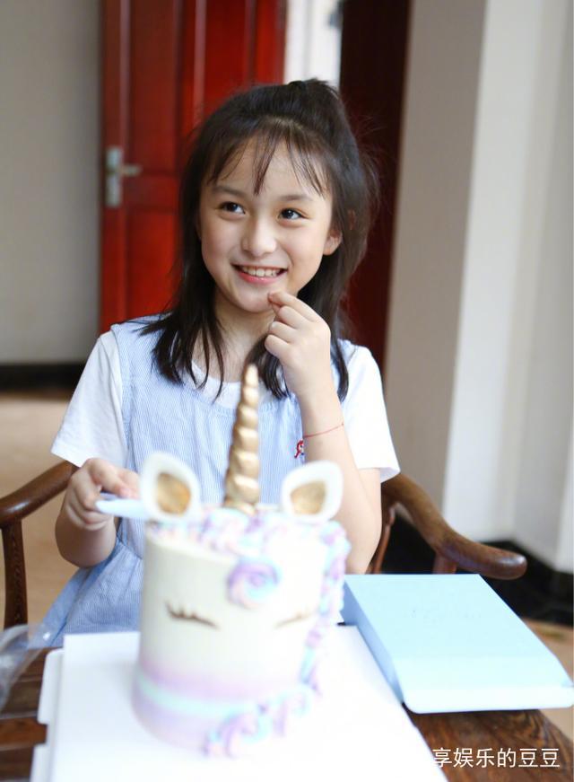 刘楚恬从1岁到9岁的照片合集,现在五官漂亮,婴