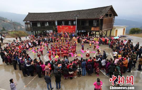 廣西北部村寨「打同年」 吹笙踩堂聯誼過年
