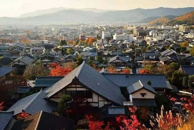 日本的国名含义为日出之国。全国由北海道、