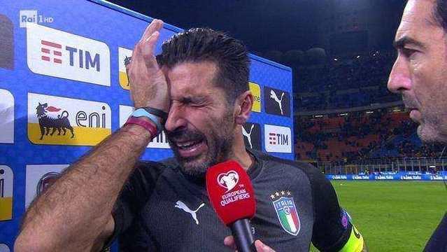 意大利球迷可能有很多话想说 但第一句必须骂