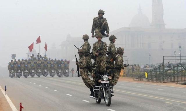 军事上拳打中国,经济孟买超上海,为何在美国知
