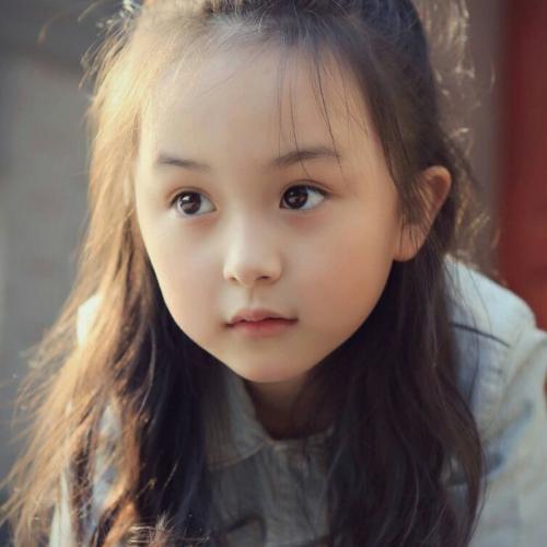 小童星2岁凭借高颜值出道!80%的照片被当过壁