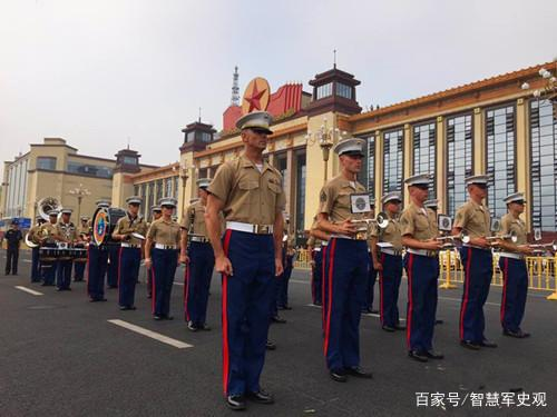 美军士兵在中国城市街头表演节目,士兵拿乐器