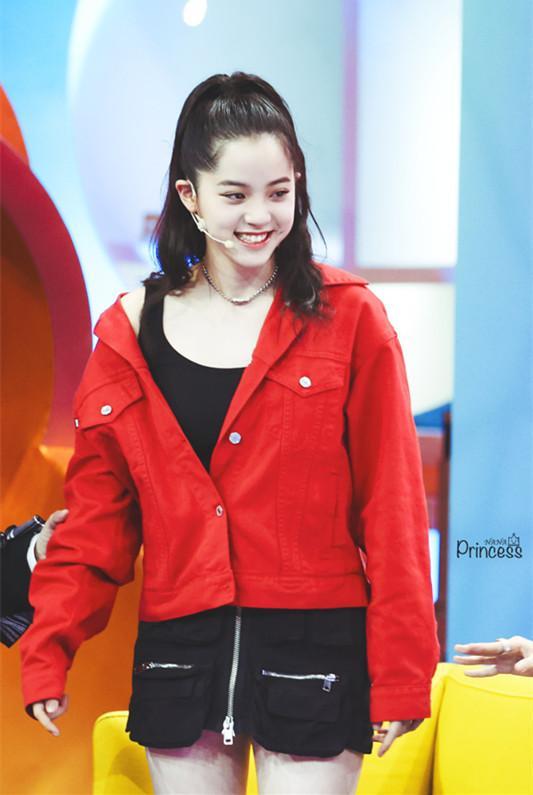 17岁欧阳娜娜穿超短裙录制节目,网友:这不会走