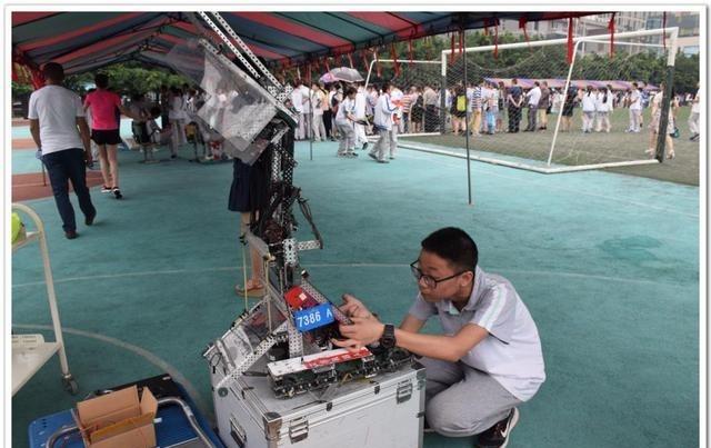 电子科技大学实验中学新建STEM创新实验室玩